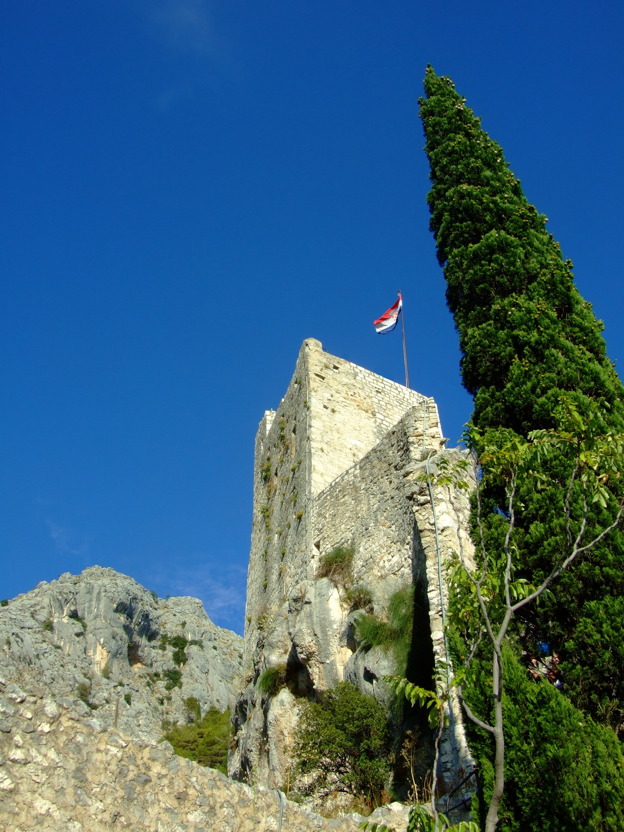 The Romanesque upper castle consists of four floors reached by an internal staircases with a final exit achieved by climbing a short ladder to the open top some 245m (804 ft) above the town. The castle tower you can see today is a comparatively recent restoration, albeit crafted in its original form with its original stones by the local population after it was destroyed by a lightning strike in 1988.